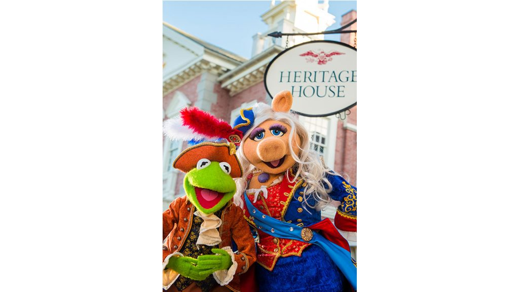 Kermit the Frog and Miss Piggy outside of Hall of Presidents