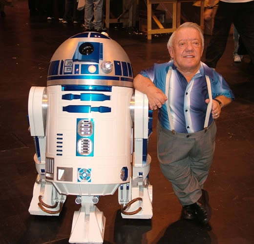 Kenny Baker next to R2-D2