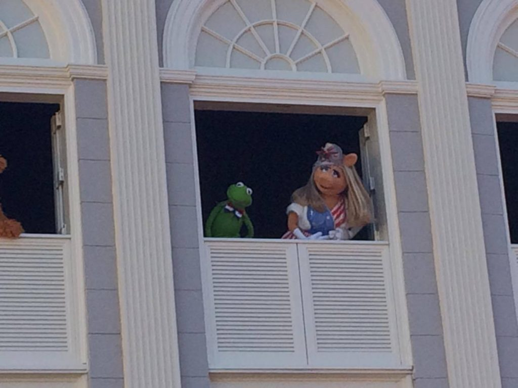 kermit and miss piggy at muppets present great moments of american history